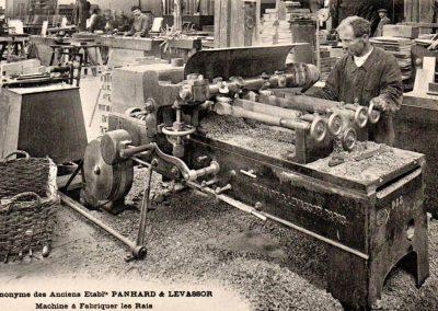 7-Hier worden spaken voorde wielen gemaakt